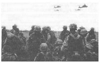 Рис. 12. Личный состав 101 вшд в ожидании посадки на вертолеты для десантирования на территорию Ирака (1991)