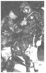 Рис. 4. Окончательная проверка готовности командира 18 ВДК к прыжку