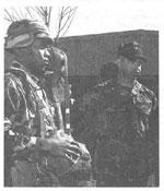 Рис. 5. Проверка сержантом готовности подчиненного к десантированию