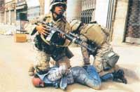 Американские морские пехотинцы проводят в Багдаде задержание иракского гражданина, подозреваемого в оказании вооруженного сопротивления